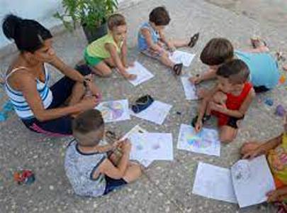 Promotoras y niños del programa Educa a tu hijo, en Guáimaro.